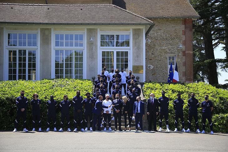 Emmanuel Macron z piłkarzami reprezentacji Francji